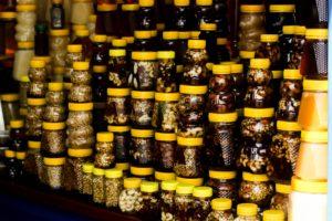 Банки с орехами и медом