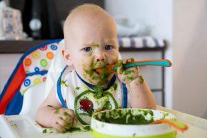 Ребенок ест шпинат