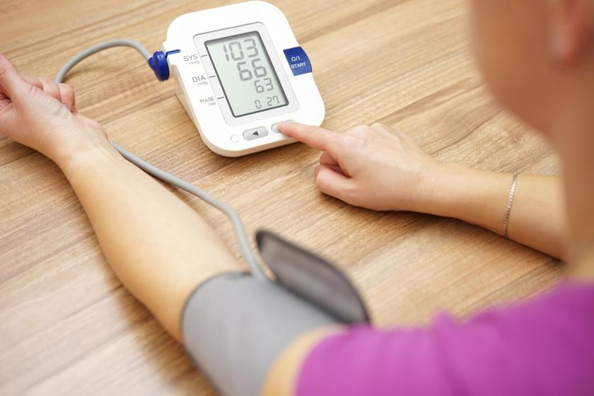 Человек, измеряющий артериальное давление
