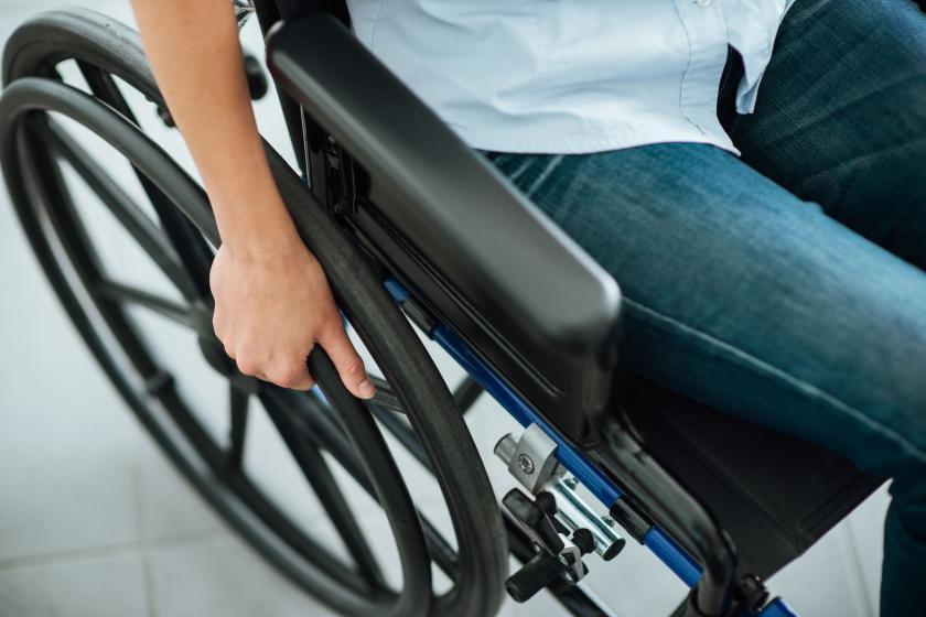 Человек, сидящий в инвалидной коляске