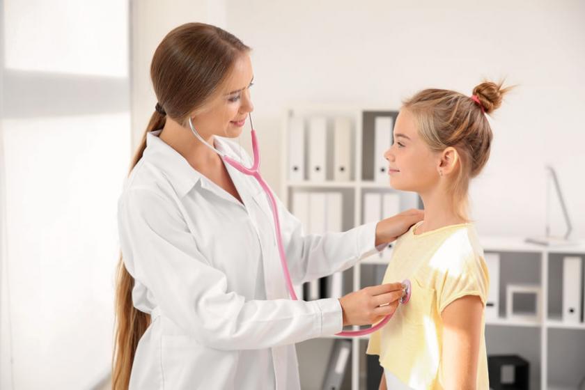 Девочку осмотрел педиатр.