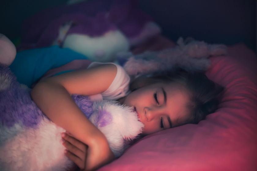 Девушка играет с игрушкой пока спит