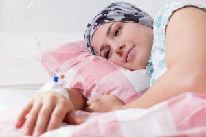 Девушка, лежа в постели
