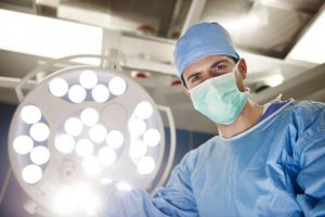 Хирург во время операции