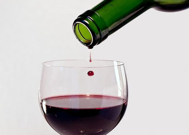 https://www.medme.pl/image/slideshow/2012_03/23/10/alkohol_wino_kieliszek_butelka_6599875165_705e2afb06_z_d50c13eb104b79198d0228d492292f74,640,0,0,0.jpg