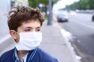 Мальчик в маске против смога