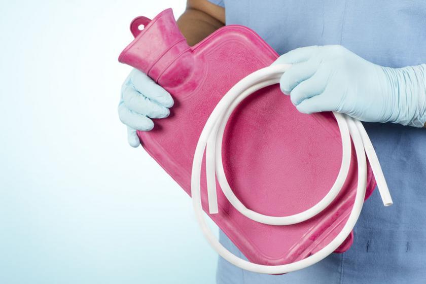 Медсестра держит ирригатор для клизмы