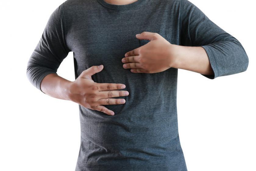 Mężczyzna odczuwa ból w klatce piersiowej