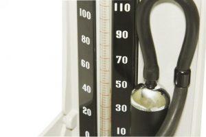 Монитор артериального давления ртути на белом фоне