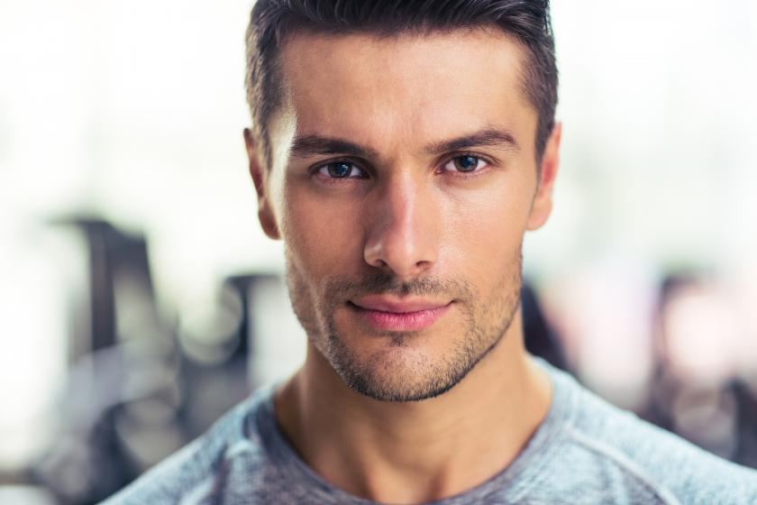 Мужчина, использующий мужские противозачаточные средства