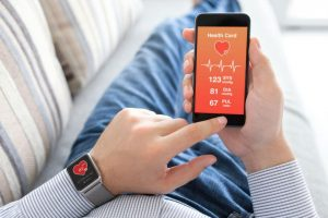 Мужчина измеряет кровяное давление с помощью тонометра на часах