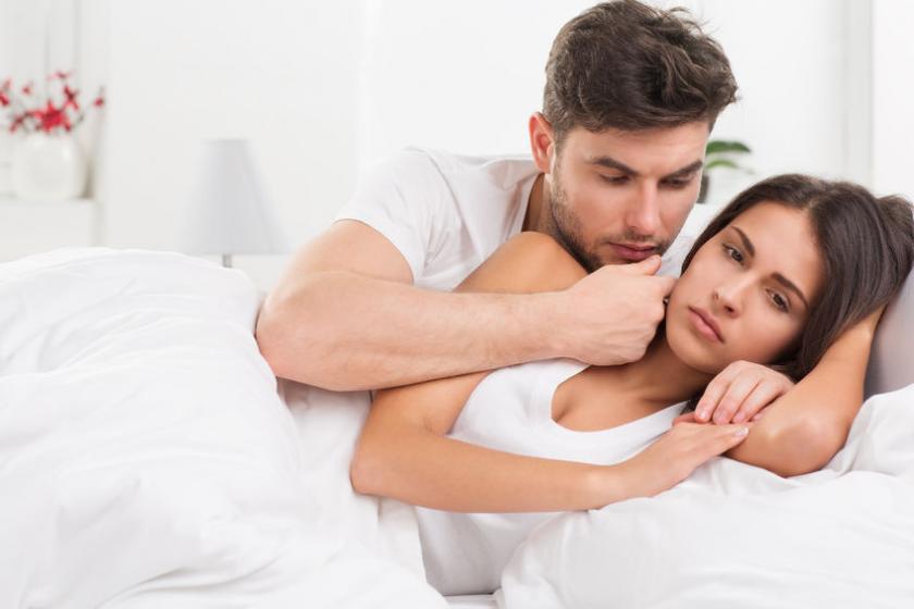Мужчина обнимает грустную женщину