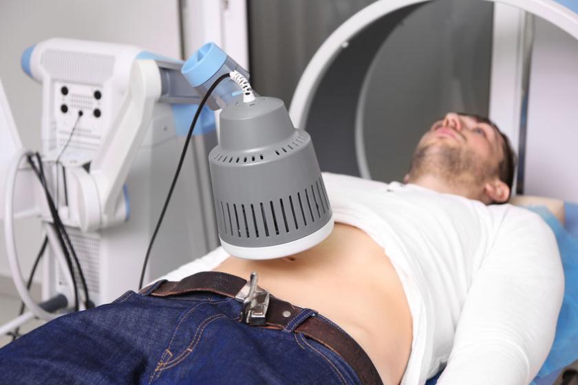 Мужчина проходит курс лечения коротковолновой диатермией