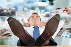 Мужчина, страдающий нарушением сна