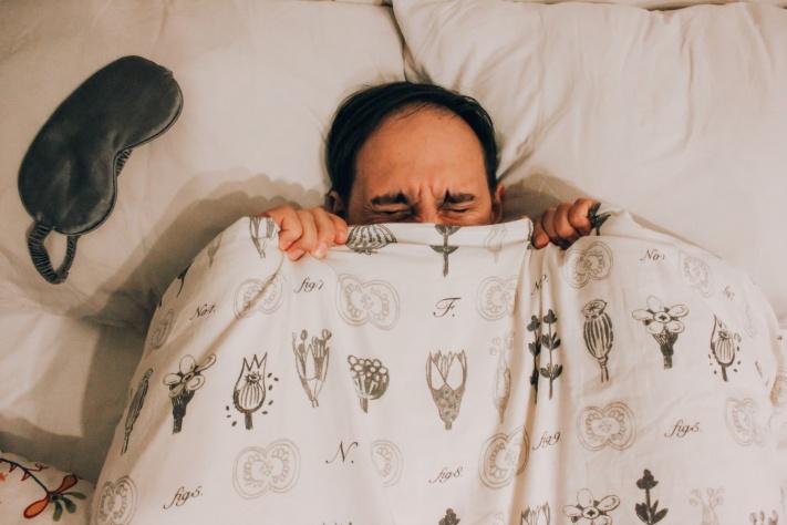 Предупредите близких, что с вами всё в порядке, и надевайте маску для сна