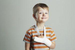 Ребенок с рукой в гипсе