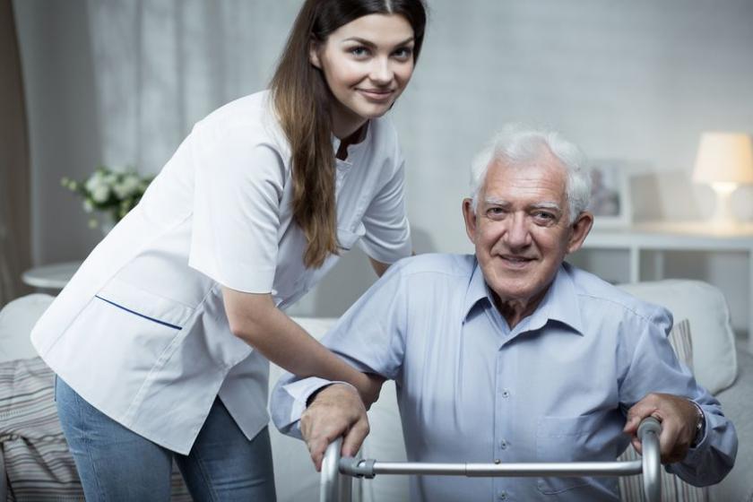 Старший во время домашней реабилитации