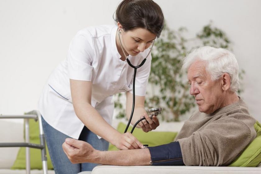 Врач измеряет артериальное давление пациента.