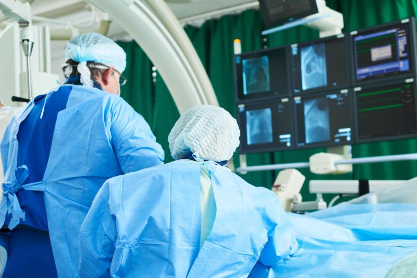 Врач во время операции в операционной