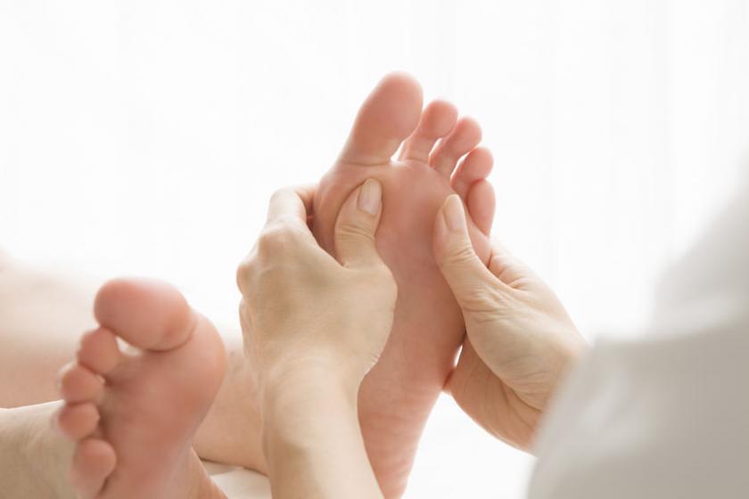 Женщина, проходящая лечение точечным массажем стоп