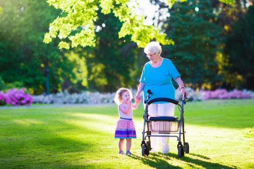 Женщина с реабилитационной ходовой частью
