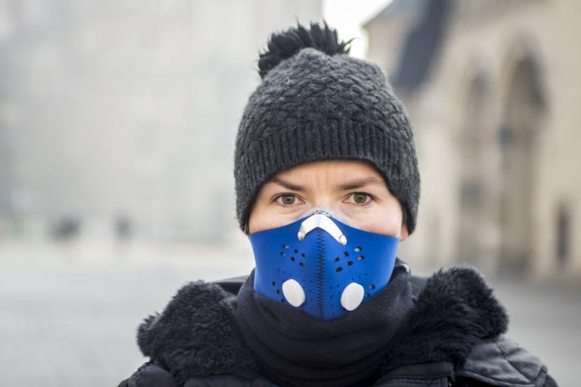 Женщина в маске против смога