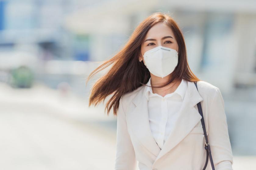 Женщина в защитной маске на лице