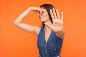 Женщина закладывает нос из-за запаха кишечного газа