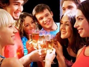 Молодые люди с бокалами вина